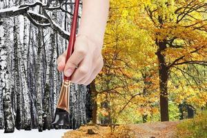 penseel schildert zwarte kale bomen in winterbossen foto