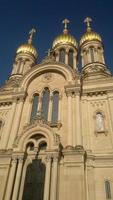 het bouwen van een orthodoxe kerk met gouden koepels foto