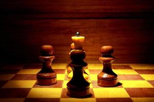 schaakkoningin en vier pionnen foto