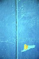 vuile gestripte verf in de gele roestige spijker foto