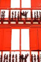 paprika's die op straat hangen foto