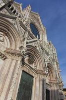 gevel van de kathedraal van siena foto