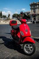 scooter op een straat in rome foto