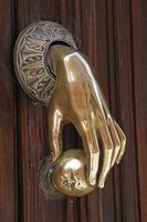 gepolijste koperen deurklopper foto