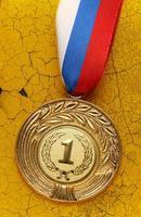 medaille op oude muur foto