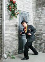 voorzichtig persoon bij de deur foto