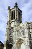 gotische gevel van de kathedraal van saint-pierre-et-saint-paul foto