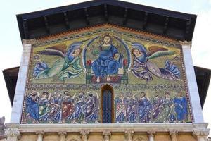 lucca's basiliek van san frediano, bovenste gevel foto