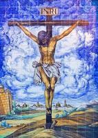 Sevilla - de kruisiging met keramische tegels op de gevel van de kerk foto