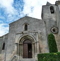 kerk in het dorp baux, frankrijk foto
