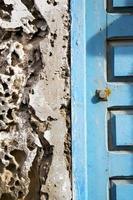 betonnen muur in Afrika het huis van de oude houten gevel foto