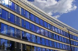 weerspiegeling van de lucht en de wolken in glazen gevel foto
