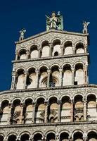 gevel van de kerk san michele in foro, luca, italië foto