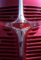 antieke rode dodge pick-up uit 1946 - klassieke grille aan de voorkant foto