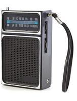 vintage zwarte transistorradio geïsoleerd op een witte achtergrond foto