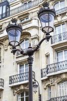 metalen retro lantaarnpaal in parijs, frankrijk foto