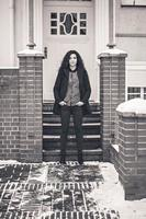 vrouw in de buurt van witte toegangsdeur op straat retro foto