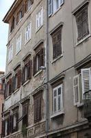 hausfassaden en fenster in de altstadt van pula in kroatien foto
