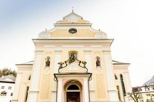 gevel van katholieke parochiekerk in Dolomieten foto