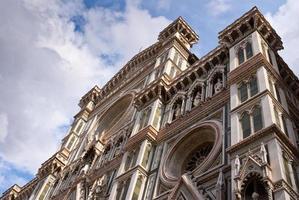 gevel van de kathedraal duomo in florence, italië foto
