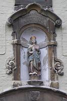 madonna sculptuur in een gevel, gent, belgië.