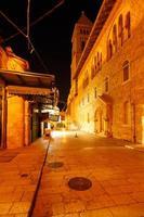 muristan straat in de buurt van de kathedraal van het heilige graf bij nacht, jerusale foto