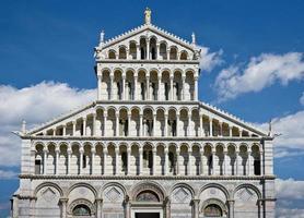 gevel van de kathedraal van Pisa tegen bewolkte hemel, Italië foto