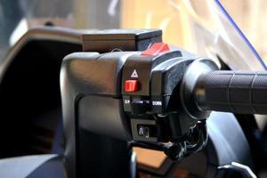 detail van een motorfiets met waarschuwingsknop foto