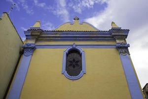 gele en blauwe kerk foto
