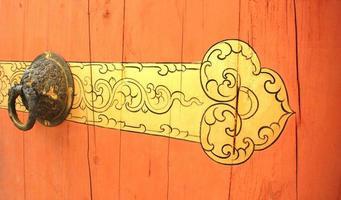 het deel van houten deur met metalen handvat foto