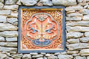 traditioneel ingericht raam op stenen huis uit Tibet foto
