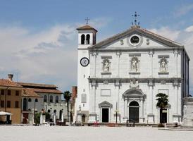 kerk op het stadsplein van palmanova foto
