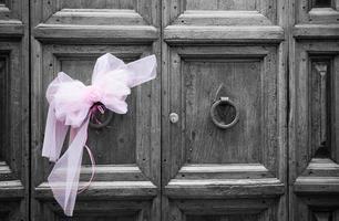 roze strik op deur, Italië foto