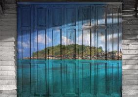 """""""zeegezicht in chumporn"""" muurschildering. het houten deur schilderij concept foto"""