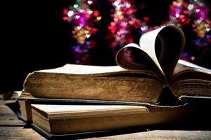 pagina's van een boek gebogen in een hartvorm. foto