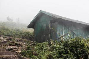 tinnen huis op heuvel foto
