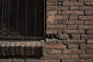 bakstenen muur en roestige metalen poort textuur foto
