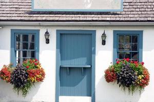 klein kleurrijk huisje met leeg bord op het dak foto