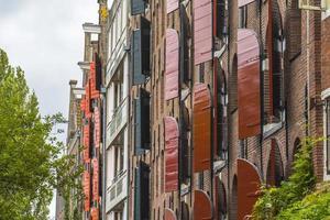 houten jaloezieën op typische amsterdamse huizen foto