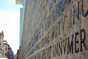 Latijnse inscriptie in ara pacis di augusto foto