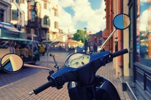 scooter in de straat van de oude stad foto