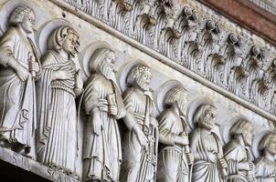 lucca - detail van de gevel van de kathedraal van st. martin. Toscane foto
