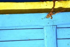 geel touw in afrika de oude houten gevel hom foto