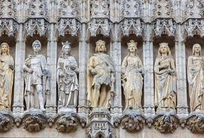brussels - holys op de gotische gevel van het stadhuis.