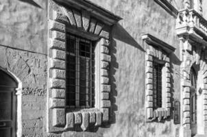 volterra, oude paleisgevel. bw afbeelding foto