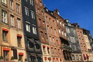 façade ardoise à honfleur, frankrijk foto