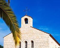 kerk van vermenigvuldiging gevel in tabgha foto