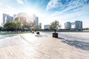 skyline en landschap van lege vierkante en moderne gebouwen foto