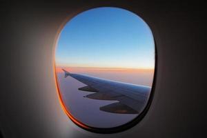 raam uitzicht op de vleugel bij dageraad