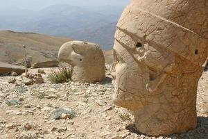 profielen van kolossale hoofden op mount nemrut, turkije foto